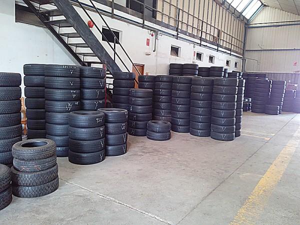 neumáticos usados almacenados en nave